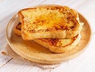 Рецепта Пържени филийки по френски с масло, сметана и ванилия за десерт или закуска